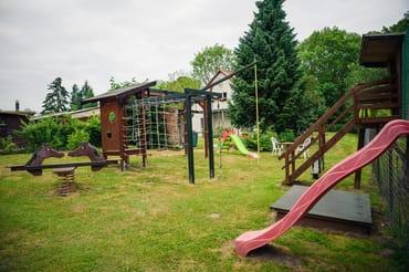 Spielplatz mit Schaukeln, Rutschen, Sandkasten, Wippe und Klettermöglichkeiten