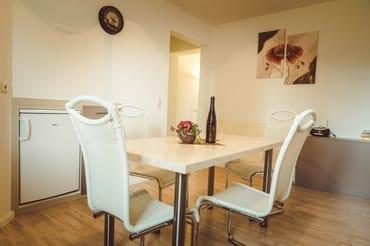 Küche (Blick zum Wohnzimmer)