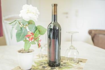 Flasche Rotwein zur Begrüßung