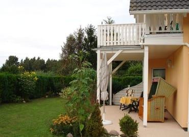 Terrasse, überdacht und mit Strandkorb