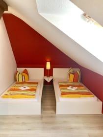 Schlafzimmer - 2 Betten von 3