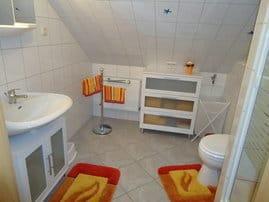 Das Bad mit Dusche verfügt über eine Wäschebox und für die kleinen Gäste ein Tritthocker sowie ein Nachttöpfchen.Die Handtücher sind farblich mit dem Bad abgestimmt und verleihen Urlaubsflair.