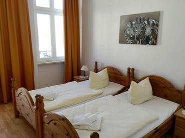 Schlafzimmer 1 mit Zugang zum Balkon