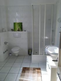 Großes Badezimmer mit Dusche und Zugang zum 2. Balkon