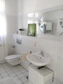 Großes Badezimmer mit Fenster
