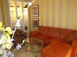Das gemütliche Wohnzimmer mit behaglicher Sitzgruppe und natürlich mit großem Flachbildschirm