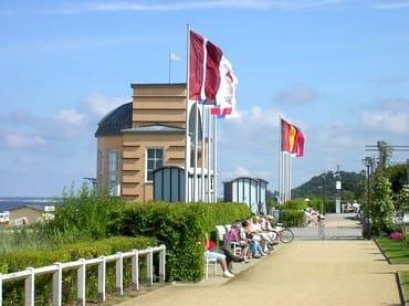 Bansiner Strandpromenade mit Blick auf die Konzertmuschel