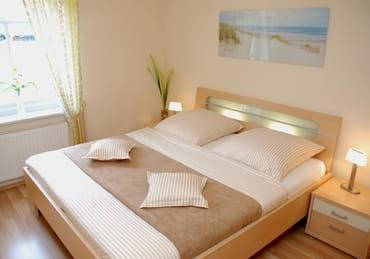 Das Schlafzimmer ist eine wahre Wohlfühloase und lädt durch die indirekte Beleuchtung zum Ruhen und Relaxen ein. Beide Schlafzimmer sind mit Verdunklungsrollos ausgestattet.