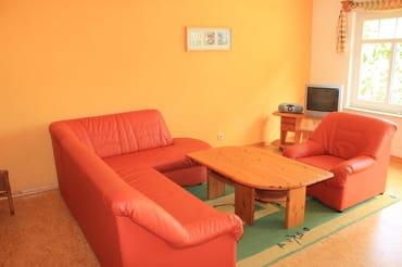Wohnbereich mit Coutch,  TV und Radio