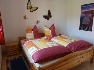 ein Schlafzimmer mit Doppelbett