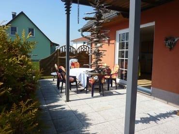 Terrasse mit Gartenmöbel und Schaukel