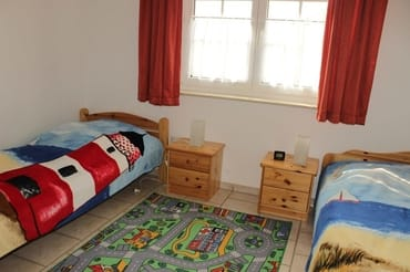ein Schlafzimmer mit 2 Einzelbetten + 1 Aufbettung