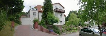 Haus Vorderansicht - Der Balkon oben gehört zur  Ferienwohnung