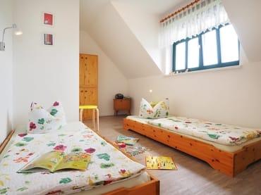 Unser Kinderzimmer - wahlweise mit Holzkinderbett oder mit zwei Einzelbetten