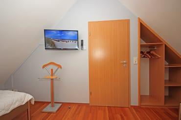 Schlafzimmer im DG mit offenem Einbauschrank und Flach TV 32'' HD