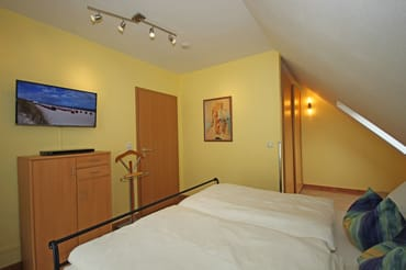 Schlafzimmer im Obergeschoss mit Doppelbett 180 x 200 und Flach TV 32''  HD