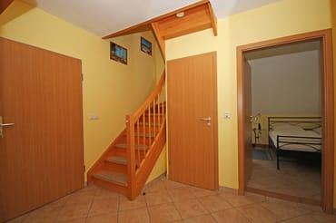 Flur mit Treppenaufgang in das Dachgeschoss