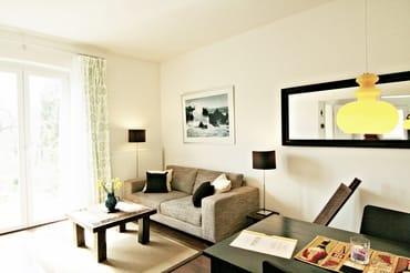Wohn-/ Esszimmer mit direktem Terrassen- und Gartenzugang