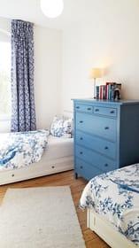 Zweites Schlafzimmer mit zwei Einzelbetten