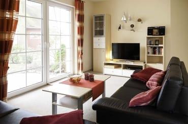 Unser helles Wohnzimmer mit Blick auf die Terrasse