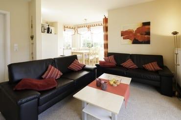 Das Wohnzimmer mit Blickrichtung zur Couch