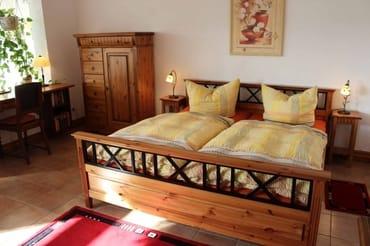 Doppelbett im Wohn-Schlafzimmer