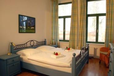 Zur Nachtruhe oder auch zum Mittagsschläfchen zwischendurch lassen Sie sich einfach in das weiche Doppelbett fallen. Die Schlafcouch im Wohnzimmer bietet Platz für zwei weitere Gäste.