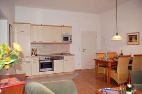 Die integrierte hochwertige Küchenzeile besitzt jeglichen Luxus, den Sie sich von einer Küche wünschen. Im Wohnbereich befindet sich ein freizügiger Essbereich mit einem großen Esstisch, um gemeinsam