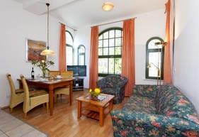 Die Couch kann als Schlafstätte für zwei weitere Gäste umfunktioniert werden, so dass das Appartement ausreichend Platz für bis zu vier Personen bietet.