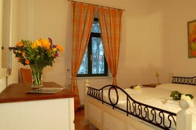 Das freundliche Schlafzimmer lockt für die Nachtruhe, aber auch für ein Schläfchen zwischendurch, mit einem bequemen Doppelbett.