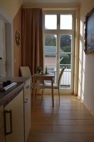 Küche mit gemütlichem sonnigen Balkon