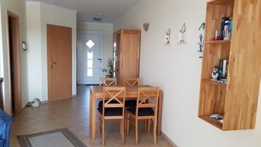 Esstisch im Wohnzimmer, Blick zur Eingangstür