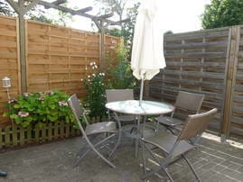 große Terrasse mit Gartenmöbel und Grill