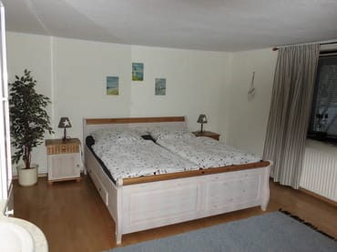 großes ruhiges Schlafzimmer