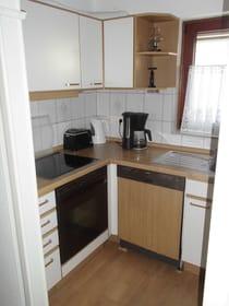 Küche m. Herd, Backofen, Geschirrsp,  Kaffem., Wasserk. u.Toaster