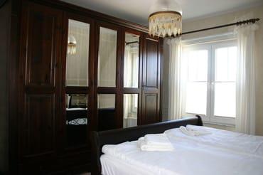 Schlafzimmer 1 (LCD TV rechts nebem dem Schrank zum Wegklappen)
