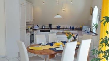 großer Esstisch in der offenen Küche
