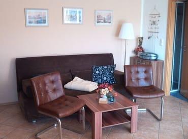 Wohnraum anderer Blickwinckel mit ausklappbarer Couch