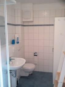 Helles Bad mit ebenerdiger Dusche