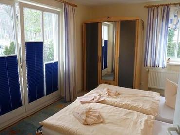 Das kleinere Schlafzimmer ebenfalls mit Doppelbett