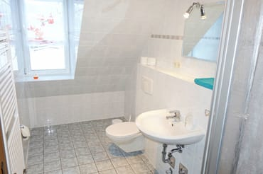 Bad mit Dusche, WC und Waschbecken