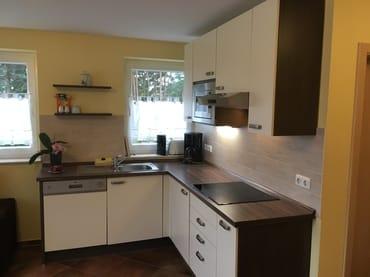 Komfortable Küche mit Geschirrspüler, Mikrowelle, Cerankochfeld, Kindergeschirr