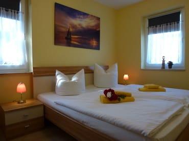 Schlafzimmer mit einem großen Doppelbett und großen Kleiderschrank