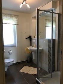 sehr schönes Badezimmer mit Dusche, WC und Föhn