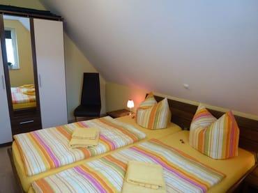 Schlafzimmer 1 mit Doppelbett und Kleiderschrank