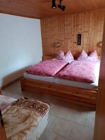 Schlafzimmer mit drei Schafmöglichkeiten