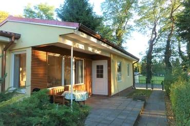 überdachte Terrasse mit Gartenmöbeln