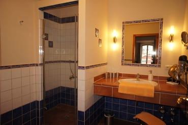 Bad mit schwellenloser Dusche, WC, großem Waschtisch und Fußodenheizung