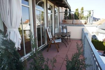 Balkon mit bequemen Teakholzsesseln