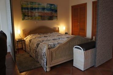 Doppelbett mit Einbauschränken